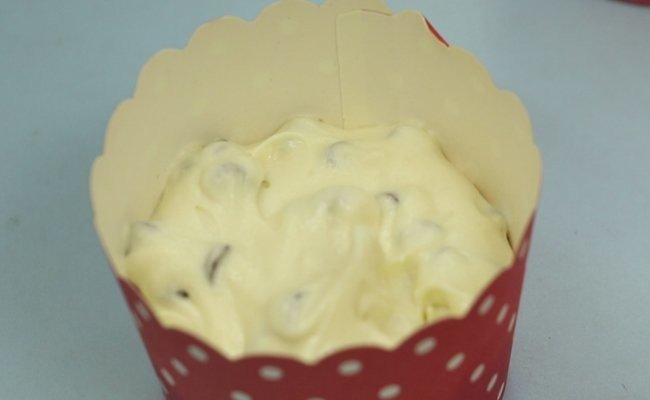 poure-choco-chip-batter-in-the-cup
