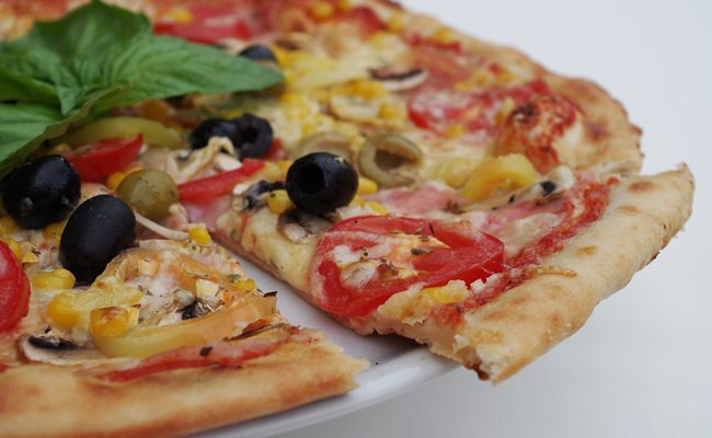 pizza-foods-to-avoid-for-a-good-night-sleep
