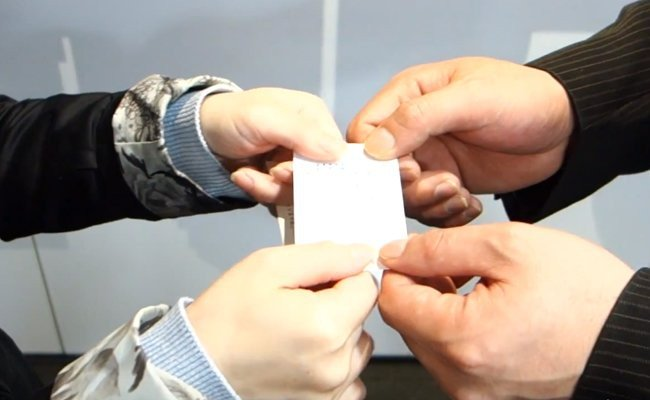 how-to-exchange-cards-in-japan - Japanese Etiquette